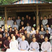 [TSPT-0143] Tu sinh và phật tử chụp lưu niệm với Tu viện (24 & 25/11/2006)
