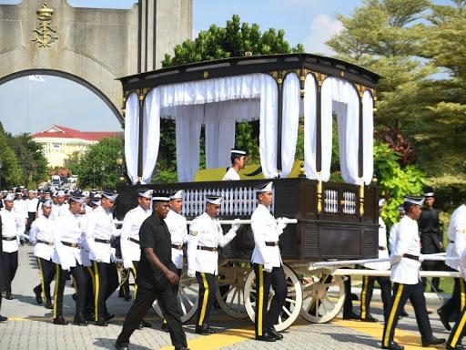 Jenazah bonda Sultan Johor, Almarhumah Yang Amat Mulia Enche' Besar Hajah Khalsom Abdullah ditarik menggunakan pedati khas dari Istana Besar