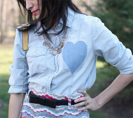 customização de camisa jeans com coração aplicado