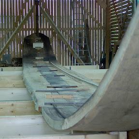 De delen worden met tijdelijke houten klampjes  aan elkaar verbonden. Deze manier van bouwen is dan ook wel bekend als de klampbouwmethode.