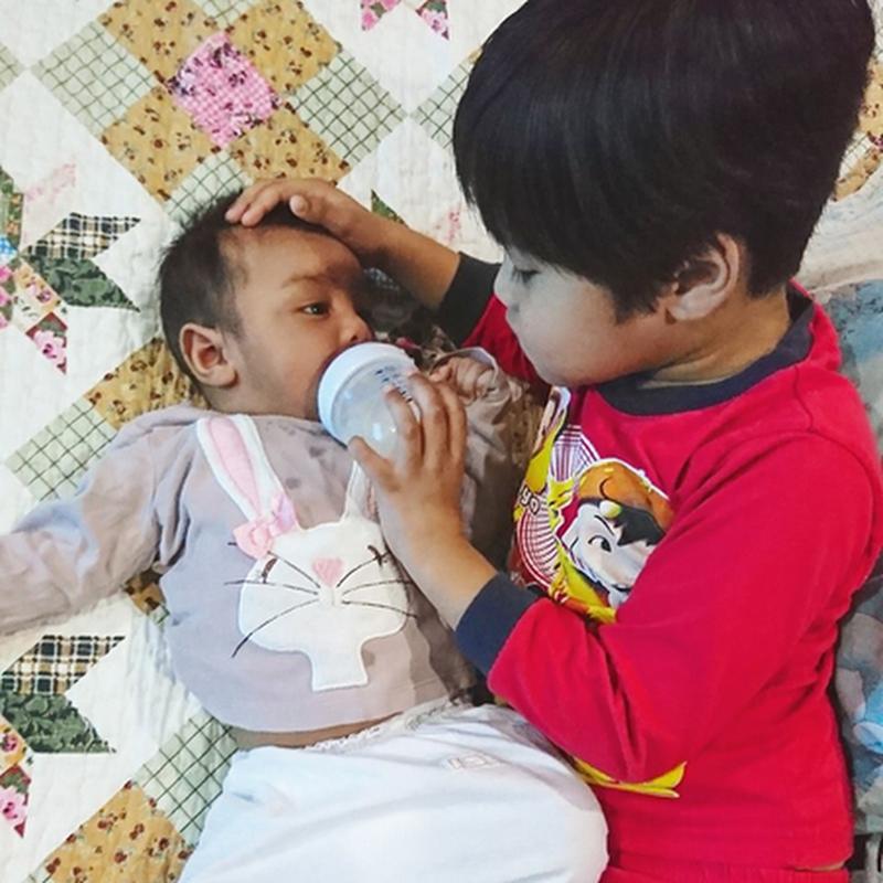 """ Qhaliff , jaga Aariz. Daddy nak solat lak .. """