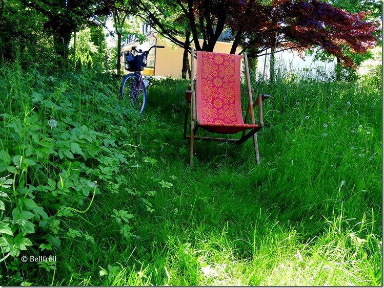 Gartenidyll mit Liegestuhl u Fahrrad