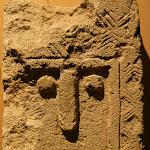 Musée d'archéologie nationale, Néolithique :  n°4 : stèle quadrangulaire en calcaire, vers le IVe millénaire av. J.-C. (Cavaillon, Vaucluse)
