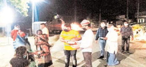 कोरोना कर्फ्यू के दौरान तहसील दार व नायब तहसीलदार ने गरीबों में बांटे लंच पैकेट #Uttarpradesh News