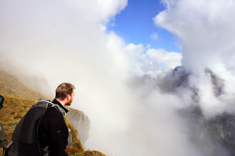 Chris betrachtet den Kampf Sonne gegen Wolken