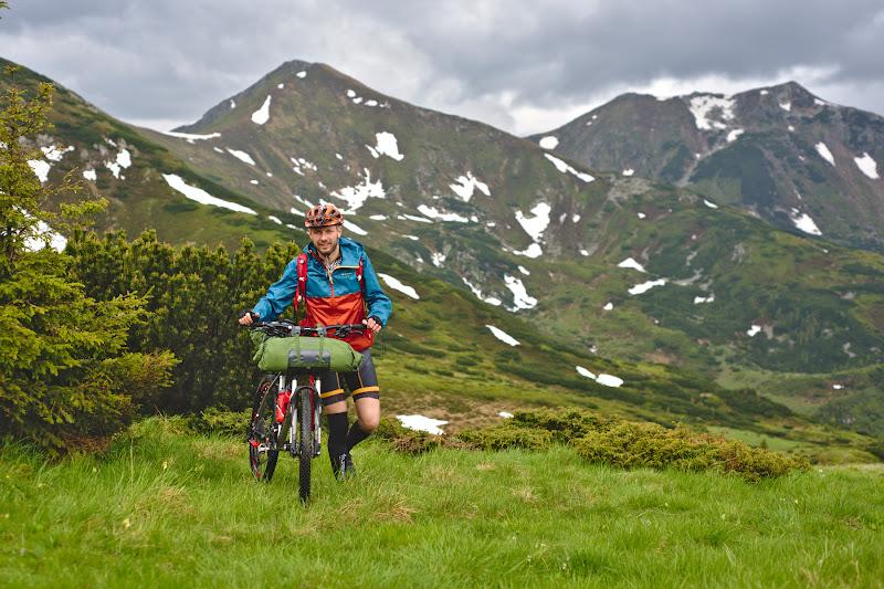 Radu, aratand ca tot ce conteaza e atitudinea cu care impingi bicicleta.