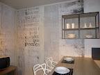 CUCINA ORANGE SNAIDERO - particolare pensili a giorno e tapezzeria con scritte .jpg