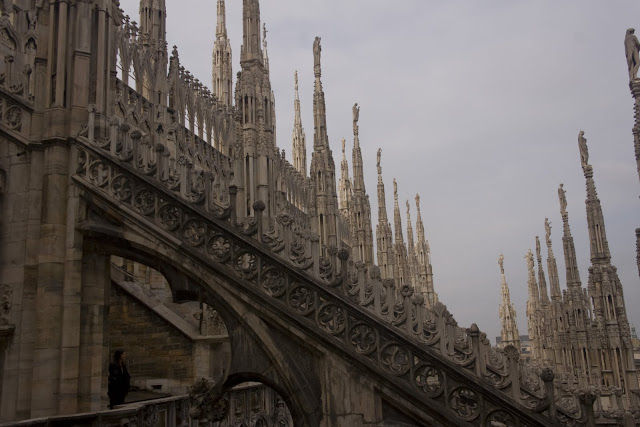 Las impresionantes agujas de la catedral de Milán desde la terraza inferior