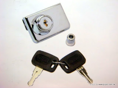 裝潢五金品名:402-免開孔玻璃鎖規格:厚度5-10MM尺寸:51*36MM型式:雙片玻璃用顏色:銀色玖品五金