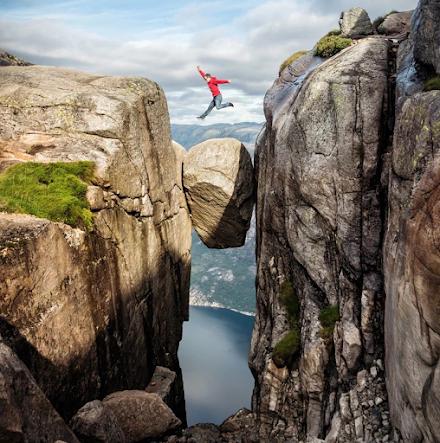 Η τεράστια πέτρα που είναι σφηνωμένη ανάμεσα σε δύο βράχους στη Νορβηγία σε υψόμετρο πάνω από 1000 μέτρα