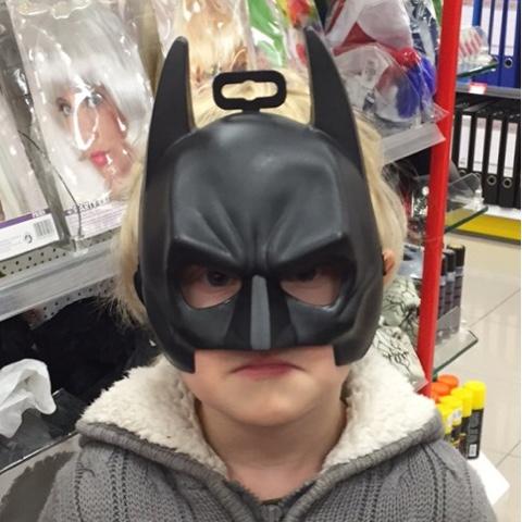 Der Kuschelbär trägt eine Batman-Maske