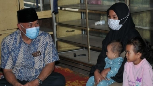 Gubernur Mahyeldi Singgah Sahur Bareng di Rumah Tak Layak Huni Nagari Talang, Irmarli Sabri Terharu Bahagia