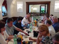 Kezdődik a tanácskozás, jobb oldalon Németh Gabriella régi-új egészségügyi, szociális és családpolitikai alelnök (Szenc, Pozsony).JPG