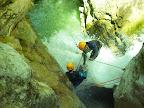 Mise en place de la dernière tyroliene du canyon