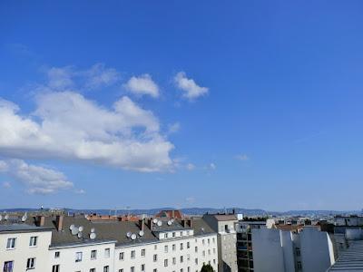Das aktuelle Wetter in Wien-Favoriten am 25.06.2015  Eigentlich hätte es gestern schon so sein sollen wie heute, allerdings verhinderte feuchte Luft den strahlenden Sonnenschein. Heute ist die Luft endlich trocken und wir bekommen einen sehr sonnigen Tag. Einige Haufenwolken stören den freundlichen Wettercharakter kaum und 1025 hPa sagen aus: Wien-Favoriten liegt in einer Hochdruckzone. Auch wenn es nun wieder sommerlicher wird, die Nächte sind weiterhin für die Jahreszeit kalt, so hatten wir um 5:00 Uhr nur 12 Grad! Inzwischen hat sich die Luft dank der kräftigen Juni-Sonne bereits auf 18,5°C erwärmt und es wird am Nachmittag warm mit bis zu 24 Grad!  Weitere Wettermeldungen und Wetterimpressionen aus Wien vom Tag:http://weatherman68.info/2015/06/25/das-aktuelle-wetter-in-wien-favoriten-am-25-06-2015/  #wetter #wien #favoriten  #wetterwerte  #sommer2015