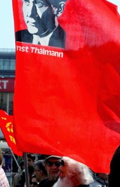 Demonstranten mit Thälmann-Fahne.