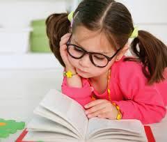 niña pequeña leyendo libro