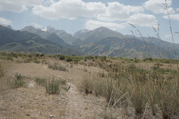Blick auf 4.500 m hohe Berge bei Tash Bashat