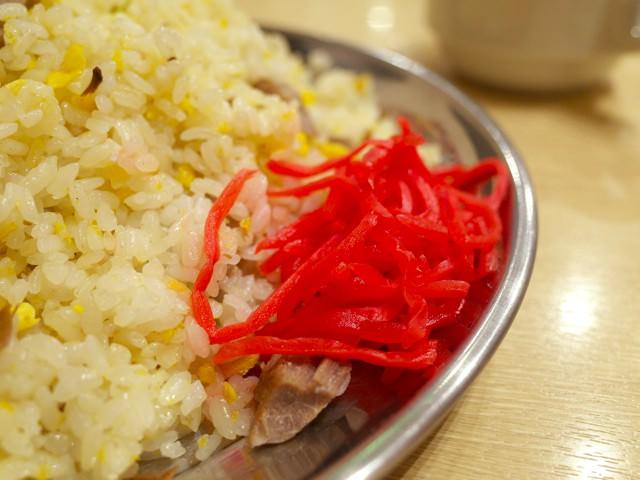 皿の脇に盛られた真っ赤な紅ショウガ