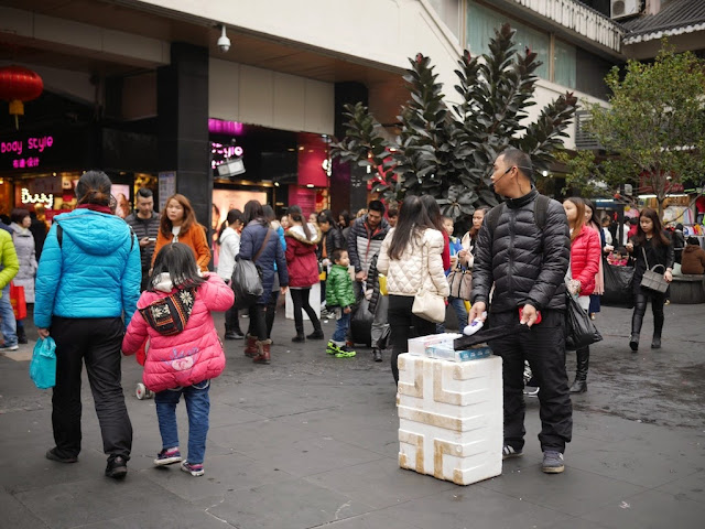 hawker selling lint removers at Dongmen Pedestrian Street in Shenzhen
