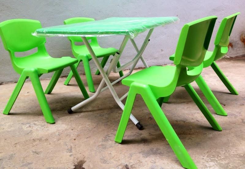 Các trường mầm non đóng cửa hết, bàn ghế thanh lý nốt cho trẻ con