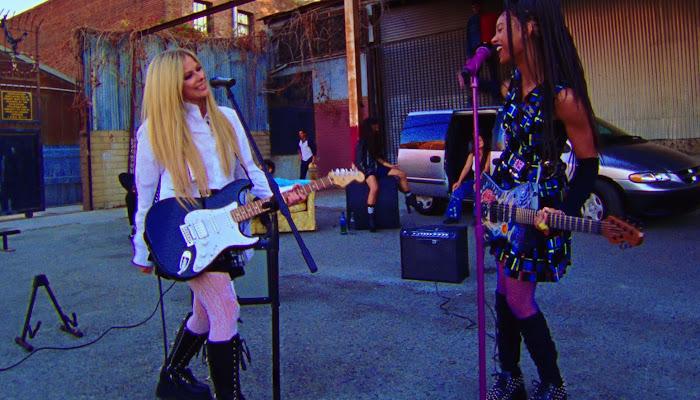 Willow y Avril Lavigne 'crecen' más grandes que la vida en un nuevo video musical