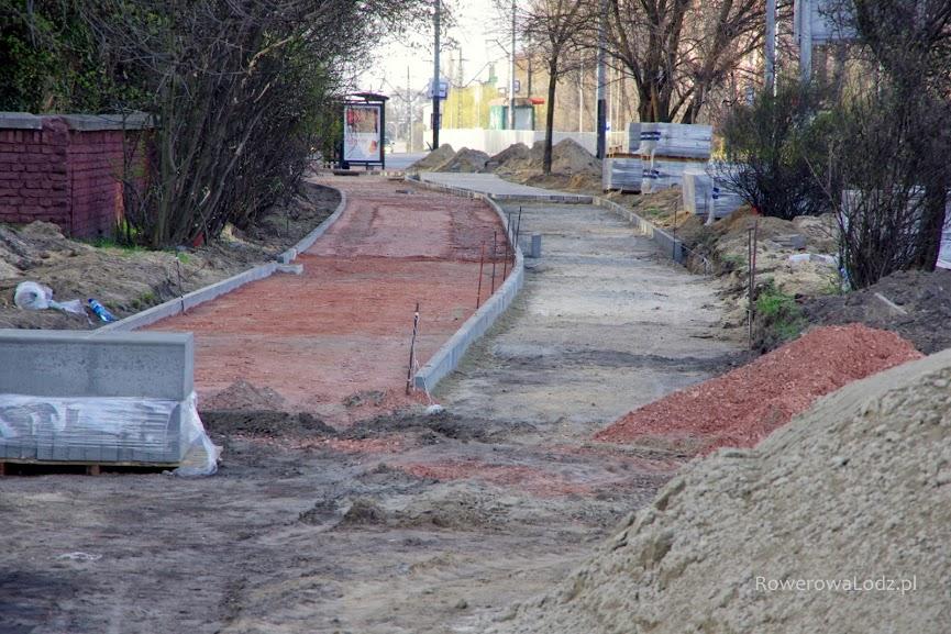Widać już zarys rowerówki (czerwona podbudowa) i chodnika.