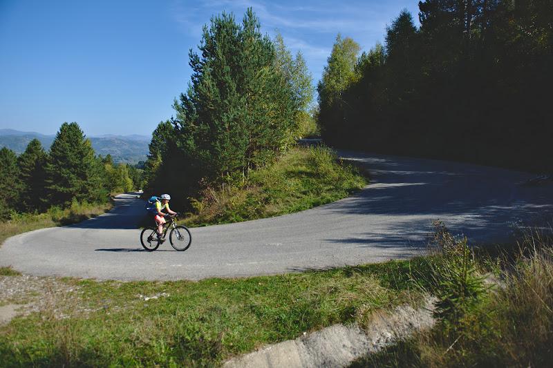 Invartim din greu pedalele spre pasul Vulcan, pe drumul proaspat refacut.