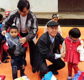 Đức Cha Phó Chủ tịch UBBAXH-Caritas VN, thăm Gx Mỹ Châu và tặng quần áo ấm, cho trẻ em có hoàn cảnh  khó khăn
