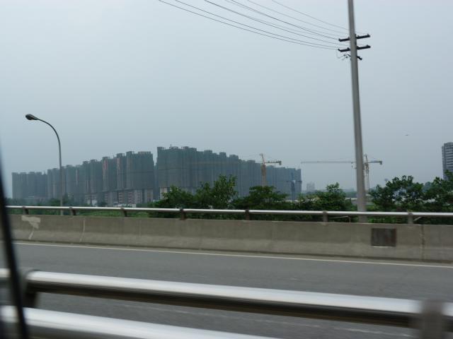 une longue barre d immeubles en construction, et c est partout pareil