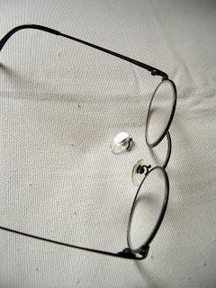 鼻当てがとれたメガネ