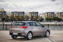 2013-Toyota-Auris-13
