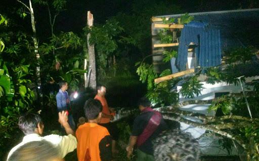 Angin Puting Beliung Porak Porandakan Warungkiara - Sukabumi