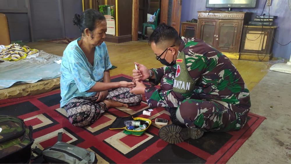 Di Tengah Bulan Penuh Berkah,TNI Lakukan Pengobatan Keliling di Wilayah Perbatasan Papua