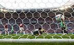 A harmadik magyar gól a hálóban, középen Rui Patríció, a portugál kapus a franciaországi labdarúgó Európa-bajnokság Magyarország - Portugália mérkőzésen, Lyon, 2016. június 22-én. A találkozó 3-3-as döntetlennel ért véget. (MTI Fotó: Illyés Tibor)