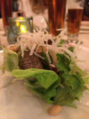 Salat med noen gule strimler på toppen.