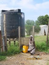 O doplňování tanku na pitnou vodu se nyní komunita stará sama a funguje to. (Foto: Martina Voháňková, Člověk v tísni)