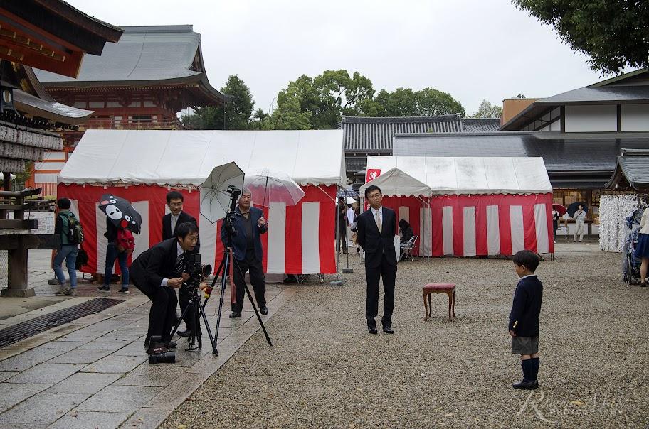 攝影師為小男孩拍照