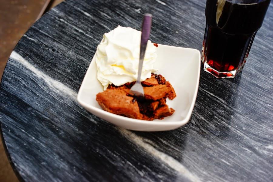 Café Fåtöljen, kladdkaka med vispgrädde