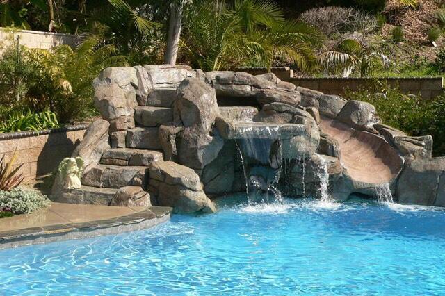 Alba piscinas com las cascadas artificiales uno de los for Accesorios para piscinas cascadas