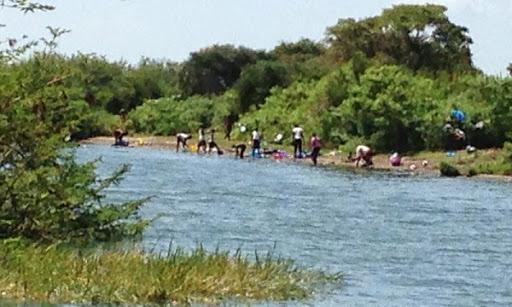 mujeres_women_lavando_washing_lake_lago_victoria_kenya_hisiasafaris.com_.jpg