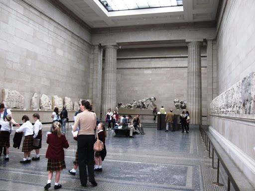 Дети в музее ведут себя прилично, не особенно шумят, хотя дети есть дети
