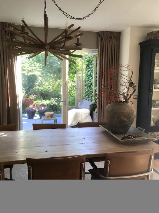 tafel en zes stoelen.jpg