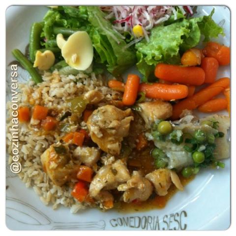 cenourinha Baby, salada verde, rabanete ralado, vagem com Champignon, peixe com ervilhas, peito de frango,