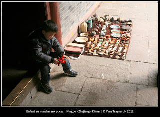 Enfant au marché aux puces | Ningbo - Zhejiang - Chine | © Yves Traynard - 2011