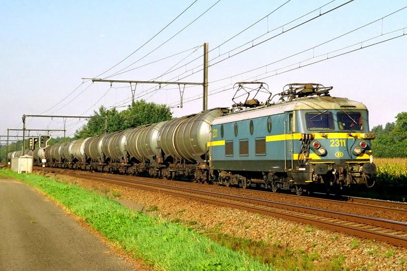 2311 in Langdorp met een sleep ketelwagens op lijn 85 op 21.09.2006 (foto Axel Vermeulen)