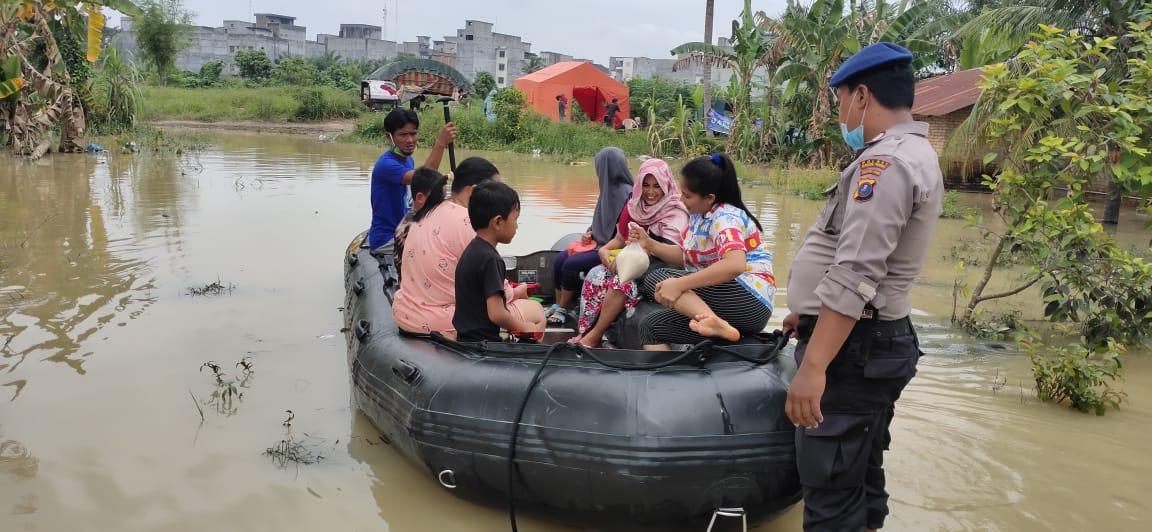 Sat Polair Polres Serdang Bedagai Bantu Warga Korban Banjir ke TPS