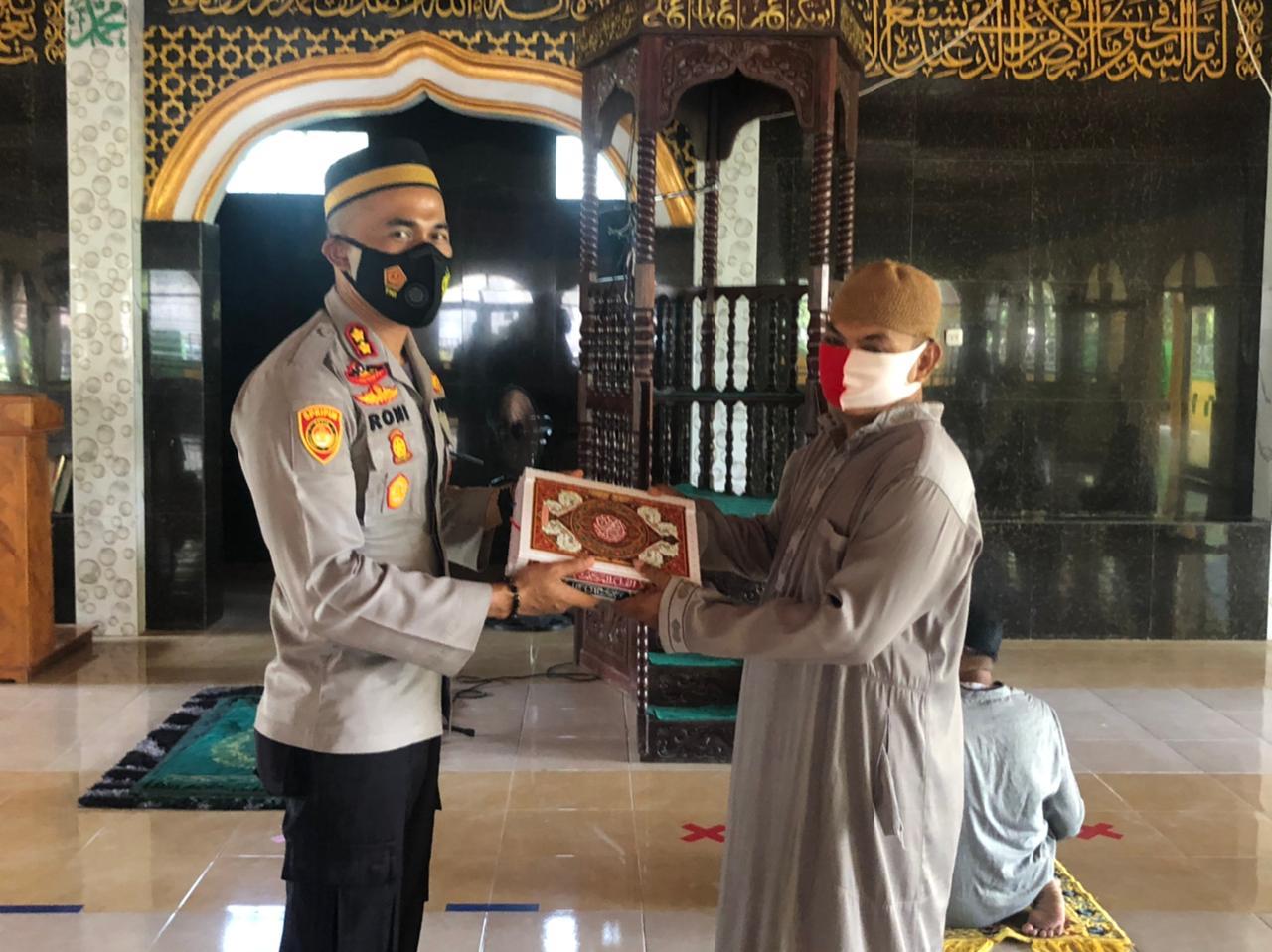 Kapolres Soppeng Serahkan Bantuan Al - Quran di Masjid Nurul Irsyad Pacongkang