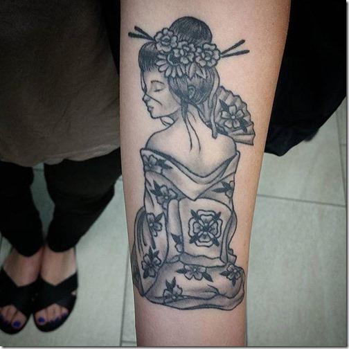 tatuaje_de_una_geisha_sakura_en_toda_indumentaria