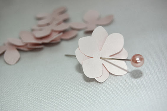 Flor de papel com alfinete